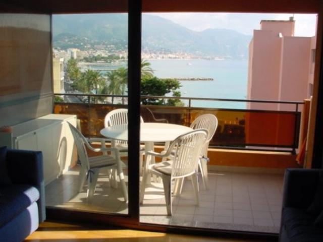 Вид на море из гостиной апартамента