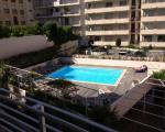 Вид на бассейн в резиденции в Каннах