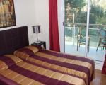 Интерьер спальни в квартире комплекса в Антибе