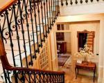 Лестница с коваными перилами в вилле в районе Cimiez, в Ницце