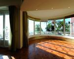 Большая гостиная с выходом на террасу и с панорамным остеклением
