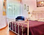 Интерьер спальни в квартире в Жуан ле Пане